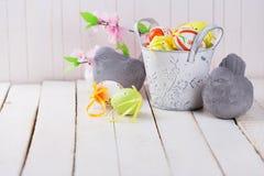 Ovos da páscoa coloridos e pássaros de pedra Fotografia de Stock