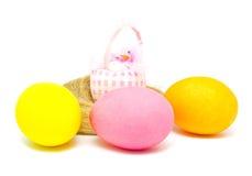 Ovos da páscoa coloridos e pintainho pequeno Fotografia de Stock