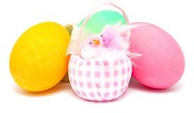 Ovos da páscoa coloridos e pintainho pequeno Foto de Stock