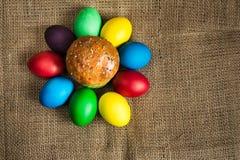 Ovos da páscoa coloridos e um bolo festivo, fundo rústico fotografia de stock royalty free