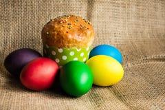 Ovos da páscoa coloridos e um bolo festivo, fundo rústico fotografia de stock