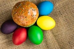 Ovos da páscoa coloridos e um bolo festivo, fundo rústico imagens de stock royalty free