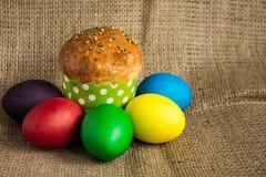 Ovos da páscoa coloridos e um bolo festivo, fundo rústico foto de stock royalty free