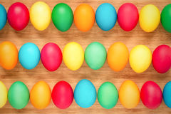 Ovos da páscoa coloridos em um fundo de madeira claro Ovos em t Imagens de Stock Royalty Free