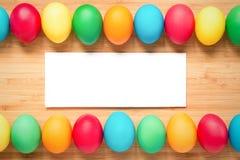 Ovos da páscoa coloridos em um fundo de madeira claro Ovos em t Fotos de Stock