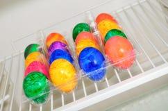 Ovos da páscoa coloridos em uma caixa plástica fotografia de stock