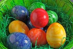 Ovos da páscoa coloridos em uma cesta Foto de Stock