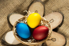 Ovos da páscoa coloridos em uma cesta em um fundo rústico foto de stock royalty free