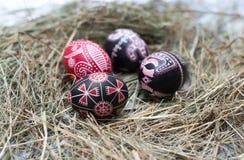 Ovos da páscoa coloridos em uma cesta pequena. Fundo da Páscoa, temas da mola Fotografia de Stock Royalty Free