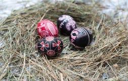 Ovos da páscoa coloridos em uma cesta pequena. Fundo da Páscoa, temas da mola Fotografia de Stock