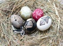 Ovos da páscoa coloridos em uma cesta pequena. Fundo da Páscoa, temas da mola Foto de Stock Royalty Free