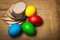 Ovos da páscoa coloridos, fundo rústico fotografia de stock royalty free