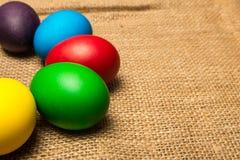 Ovos da páscoa coloridos, fundo rústico fotos de stock royalty free