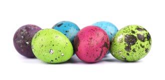 Ovos da páscoa coloridos isolados no fundo branco Ovos de codorniz coloridos Imagem de Stock