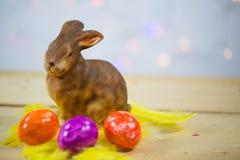 Ovos da páscoa coloridos, macro, com coelhinho da Páscoa, espaço da cópia Fotos de Stock Royalty Free