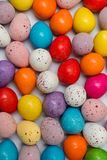 Ovos da páscoa coloridos misturados acima no fundo branco Fotos de Stock Royalty Free