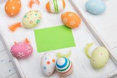 Ovos da páscoa coloridos na bandeja de madeira em um fundo branco Páscoa Imagem de Stock