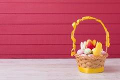 Ovos da páscoa coloridos na cesta Imagem de Stock Royalty Free