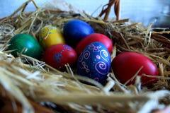Ovos da páscoa coloridos na cesta Foto de Stock