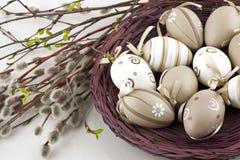 Ovos da páscoa coloridos na cesta de vime Foto de Stock