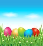 Ovos da páscoa coloridos na grama verde Fotografia de Stock