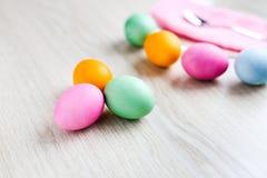 Ovos da páscoa coloridos na tabela branca Imagens de Stock