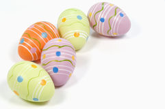 Ovos da páscoa coloridos no fundo branco Imagens de Stock