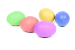 Ovos da páscoa coloridos no fundo branco Fotos de Stock