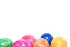 Ovos da páscoa coloridos no fundo branco Fotos de Stock Royalty Free