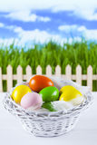 Ovos da páscoa coloridos no fundo da natureza Imagem de Stock