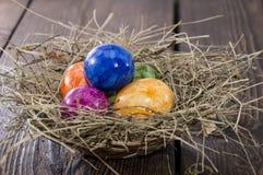 Ovos da páscoa no fundo de madeira foto de stock