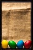 Ovos da páscoa coloridos no quadro preto do metal, fundo rústico fotografia de stock
