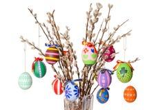 Ovos da páscoa coloridos no ramalhete do salgueiro com salgueiros de bichano Imagens de Stock
