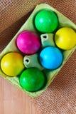 Ovos da páscoa coloridos no suporte da caixa do ovo Imagem de Stock Royalty Free