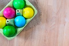 Ovos da páscoa coloridos no suporte da caixa do ovo Imagens de Stock Royalty Free