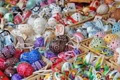 Ovos da páscoa coloridos para a venda Mercado tradicional da Páscoa Foto de Stock