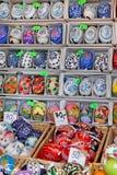 Ovos da páscoa coloridos para a venda Mercado tradicional da Páscoa Fotografia de Stock