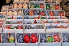 Ovos da páscoa coloridos para a venda Mercado tradicional da Páscoa Fotografia de Stock Royalty Free