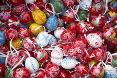 Ovos da páscoa coloridos para a venda no mercado varejo Fotografia de Stock Royalty Free