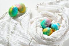 Ovos da páscoa coloridos pintados do arco-íris no fundo branco Foto de Stock