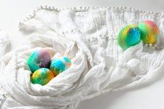 Ovos da páscoa coloridos pintados do arco-íris no fundo branco Imagens de Stock
