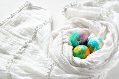 Ovos da páscoa coloridos pintados do arco-íris no fundo branco Imagem de Stock