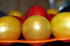 Ovos da páscoa coloridos por um feriado fotos de stock royalty free