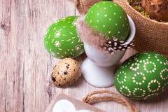Ovos da páscoa coloridos verdes no fundo de madeira imagem de stock royalty free