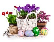 Ovos da páscoa com as flores da mola na cesta Imagens de Stock