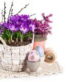 Ovos da páscoa com as flores da mola na cesta Imagens de Stock Royalty Free