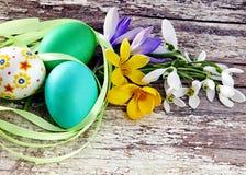 Ovos da páscoa com a flor no fundo de madeira Imagem de Stock Royalty Free