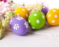 Ovos da páscoa com flores da mola Imagem de Stock Royalty Free