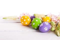 Ovos da páscoa com flores da mola Foto de Stock