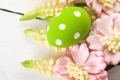 Ovos da páscoa com flores da mola Imagens de Stock Royalty Free